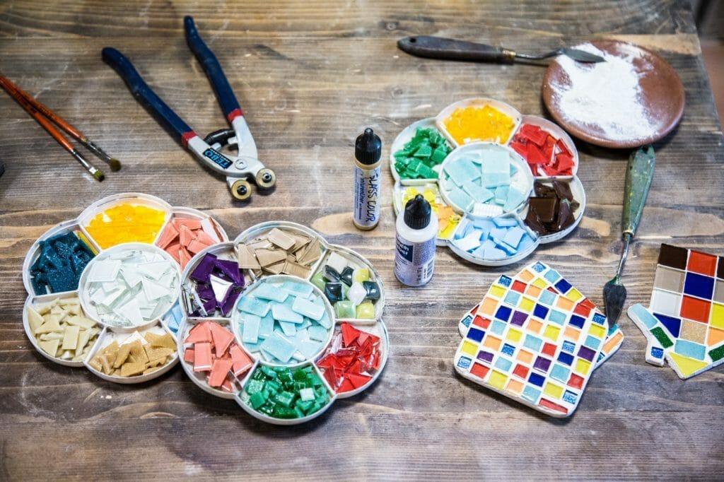 Мозаика как декоративная техника. Материалы (камни, клей, затирка)